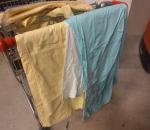 Vaate-erä, sekalaisia vaatteita varaston siivouksesta, mallikappalet. Kärry ei kuulu kauppaan.