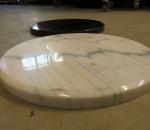 Marmori jalusta, halkaisija 385 mm, reikä 10 mm, 24 kpl, kahta väriä mustaa ja valkoista